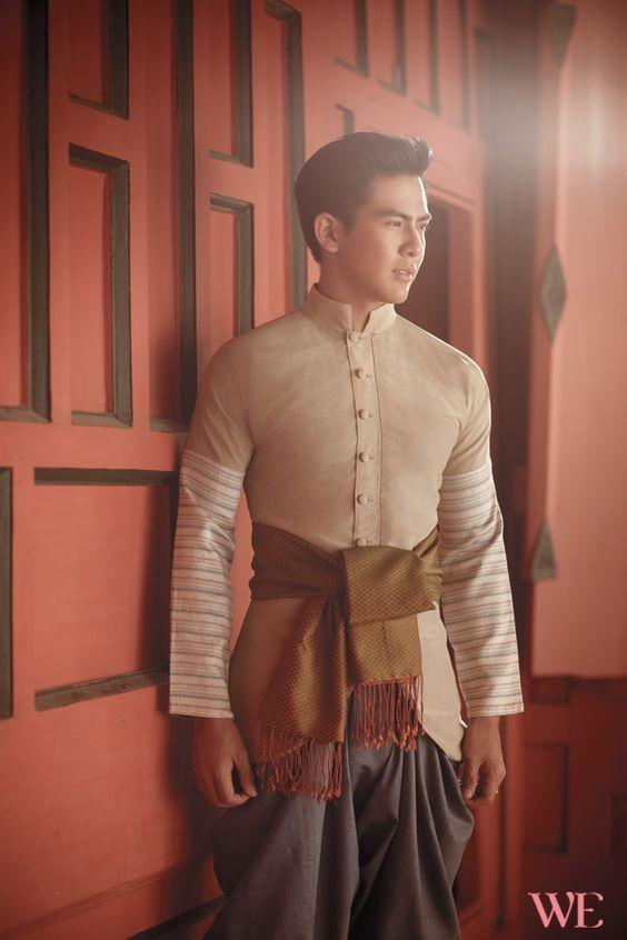НАЦИОНАЛЬНАЯ ОДЕЖДА ТАИЛАНДА.  В древние времена, а точнее во времена славного Сиама, мужчины носили панунг - кусок ткани, оборачиваемый вокруг бёдер. Его пропускали между ног и закрепляли сзади на поясе. Верхнюю часть тела закрывали рубашкой свободного покроя, которая на северо-востоке Таиланда называется пакама.