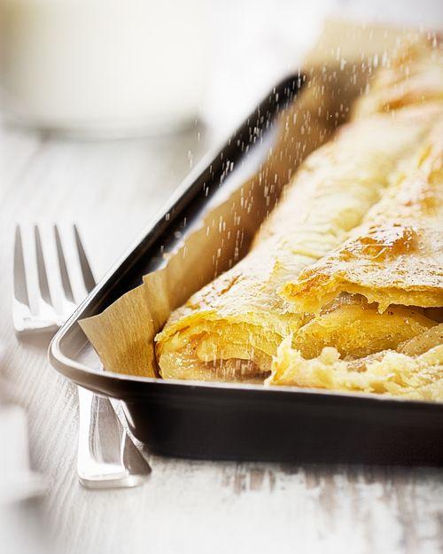 Breakfast, apple pie with sugar. Snídaně.