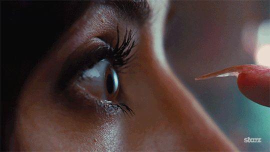 Und Kontaktlinsen einsetzen wird plötzlich zu einem gefährlichen Unterfangen. | 19 Momente, die so krass wahr sind, wenn Du künstliche Nägel hast. Aber bei echten nicht oder wat? xD