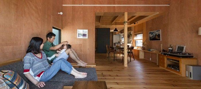 思い出の山小屋をイメージ 家を建てるなら、山小屋のような家を作りたい。アウトドア用品のインポートの仕事をする田中嵐洋さんも、妻の佳代子さんも同意見だった。 「ふたりで行った山小屋がすぐに思い浮かびました」と嵐洋さん。三角屋根で、天井も壁も床もすべて木にしたい……建築デザイナーの友人にイメージを伝え、形にしてもらったのだそうだ。 嵐洋さんの勤務先は横浜。ここからは自転車通勤も可能な距離。 「以前は祖母が住んでいた家を使っていたのですが、そこを立ち退くことになって、見つけたのが桜並木が目の前のこの土地でした。桜を眺められる広いテラスを作って、友達を呼んでバーベキューをして……そんな生活がすぐに想像できたので、一目で気に入りました」 テラスをアウトドアリビングに 旅人ウェルカムな山小屋の雰囲気と、肩ひじはらない自然体な家の心地良さ。友人がたくさん遊びに来る家にしたいという思いも叶ったそうだ。 「福生で見つけたアンティークのダイニングテーブルは座る人数に合わせて伸縮ができます。このテーブルをテラスに出して、外で客人とわいわい食事することも多いです」…