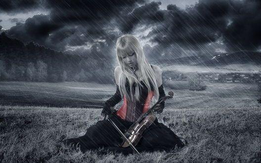 Обои Плачущая девушка со скрипкой в руках сидит на траве под дождем