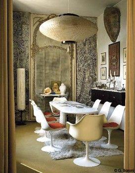 """Miroir sans tain/ Dessiné par Mollino, le plateau en marbre repose sur des colonnes antiques. Chaises """"Tulipe"""" d'Eero Saarinen (Knoll)."""