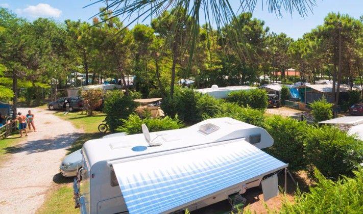 Der neu eröffnete Campingplatz Dune befindet sich in Bibione Pineda, direkt am Meer, mitten im Grünen, in einer der schönsten Gegenden der Adria-Küste. Bietet den Gästen weiträumige Stellplätze im dichten Pinienwald und ist nur durch natürliche Sanddünen vom Meer entfernt, die als Naturgebi…