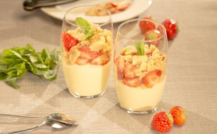 Crumble met vanillepudding en aardbeien