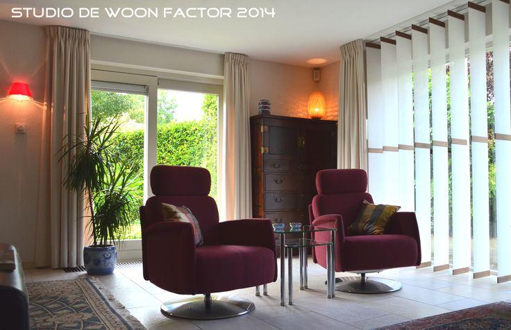 #Interieurontwerp/advies door studio de WOON FACTOR 2014. Er is een knusse TV hoek ontstaan door de nieuwe #draaifauteuils in een warme roodtint te combineren met het notenhout van de meubels, het zijden Karpet en de #raamdecoratie met een Japanse look. De #verlichting speelt hierbij ook een belangrijke rol.
