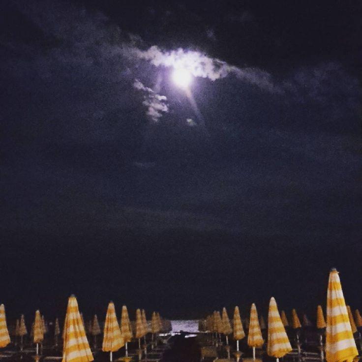 Buenas noches! Después del temporal dejo una luna llena brillante como el sol y fresquito fresquito... hoy se duerme bien! 😊 hasta mañana! 😘