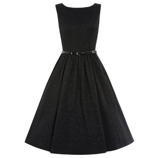Šaty Lindy Bop Audrey Black Brocade Šaty ve stylu 50. let. Krásný model ve střihu Audrey vhodný pro společenské události, večírky, plesy, promoce. Nádherný brokátový vzor látky dodá šatům na eleganci, dobře padnoucí střih i materiál (55% polyester, 42% elastan, 3% elastan), rozšířená sukně, zapínání na zip v zadní části. Součástí černý pásek, který můžete zaměnit za jiný a šaty dostanou jiný vzhled, boční vsazené kapsy. Pro bohatý objem sukně doporučujeme doplnit spodničkou z naší nabídky…