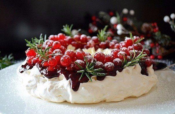 Торт-безе «Павлова»  Вам потребуется:  4 шт. яичный белок 1 ст. + по вкусу сахар (для коржа+для соуса) 1 ч.л винный уксус (белый) 3 ч.л + 1-2 ч.л. крахмал (для коржа+для соуса) 200-250 г ягоды (замороженные) 300 мл сливки молочные (30%) 3 ч.л. сахарная пудра по вкусу ванилин 250 г смородина  Как готовить:  1. Добавить в белки белый винный уксус (можно заменить и обычным) и начать взбивать.  2. Когда белки начнут белеть, добавить постепенно сахар и продолжить взбивать до крепких пиков.  3…