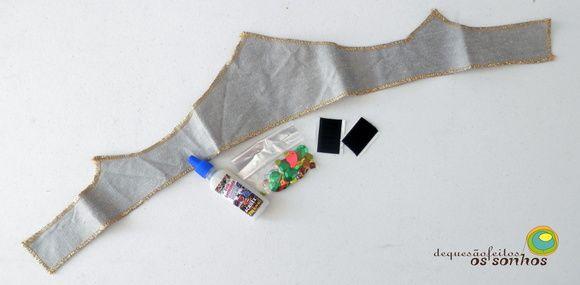 De que são feitos os sonhos  COROA - kit para brincar  Esse sonho é composto por uma coroa de seda revestida com algodão de um dos lados e com detalhes em dourado, um pote de cola para lantejoulas, um saquinho com lantejoulas variadas e um pedaço de velcro autocolante.   Este sonho é recomendado para maiores de 2 anos por conter partes que podem ser engolidas.  *** as cores podem variar, tanto das lantejoulas quanto da seda *** R$ 25,00