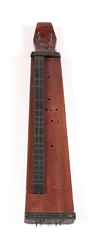 EPINETTE DES VOSGUES L'épinette des Vosges est un instrument de musique traditionnelle à cordes pincées de la famille des cithares. En France, on trouve l'instrument dans deux zones géographiques distantes de 50 km environ ; autour du Val-d'Ajol et autour de Gérardmer.  Depuis le début du xviiie siècle, documents et témoignages attestent la présence de l'épinette dans les Vosges méridionales autour du Val-d'Ajol, de Plombières-les-Bains et de Fougerolles, d'où son nom. L'origine de…