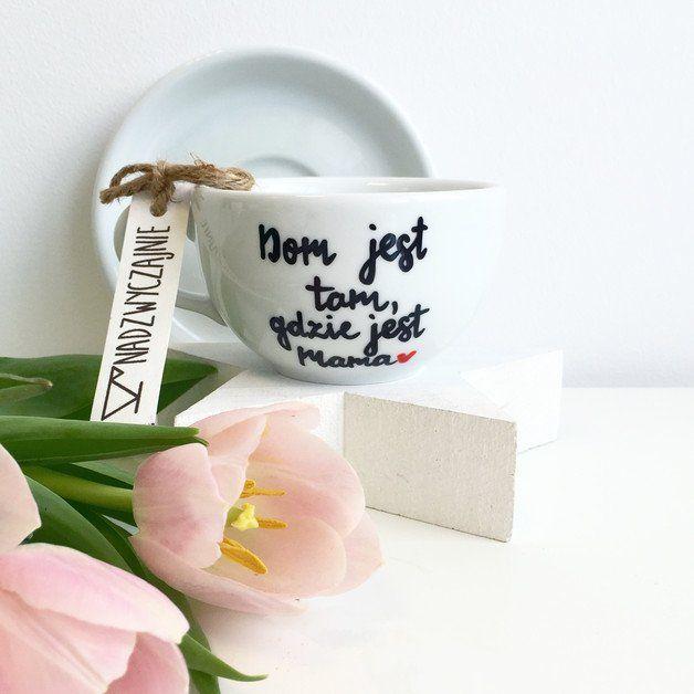 Dom jest tam, gdzie jest Mama- Nadzwyczajnie, ręcznie malowana filiżanka ze spodkiem   Polska porcelana wysokiej jakości   Idealny na prezent dla bliskiej Ci osoby.  Pojemność -...