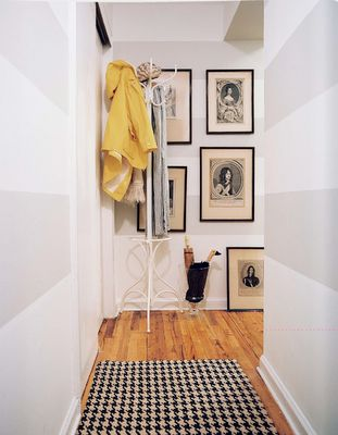 the wall stripes are perfect. #entryway