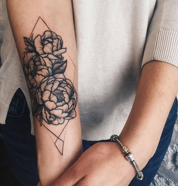 tattoo-unterarm-frau-blumen-geometrische-linien