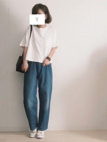 ゆったり5分袖の白Tシャツに、バギーデニム。ゆったりしたシルエットが、逆にスタイルよく見えるんです。