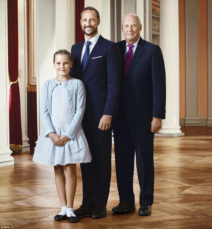 De Noorse koninklijke familie poseren in de lijn van opvolging, de foto van rechts, Koning Harald V, kroonprins Haakon en zijn dochter prinses Ingrid Alexandra