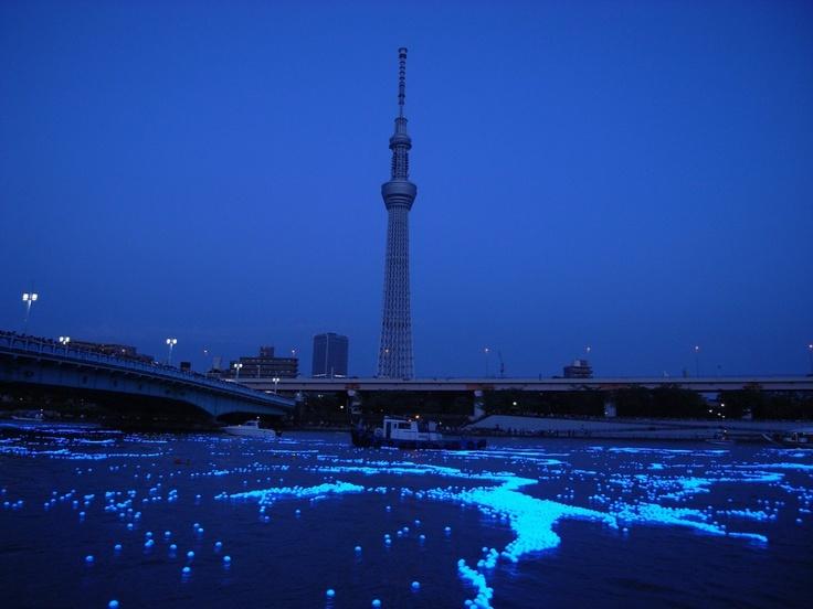 100.000 hermosas luces LED flotar por el río Sumida en la primera edición del festival Tokyo Hotaru 2012. Las luces flotantes LED de energía solar son de Panasonic, para imitar las luciérnagas, así como para rendir homenaje a una tradición japonesa de velas flotantes en el agua.