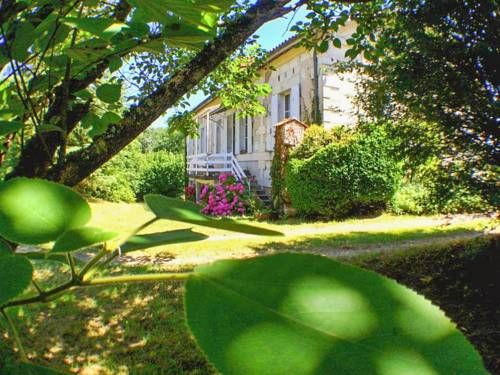 Villa Beau-Chêne Montguyon Situated in Montguyon, this villa features a terrace. The unit is 34 km from Saint-Émilion. Free private parking is available on site.  The kitchen has a dishwasher, an oven and a toaster, as well as a coffee machine.