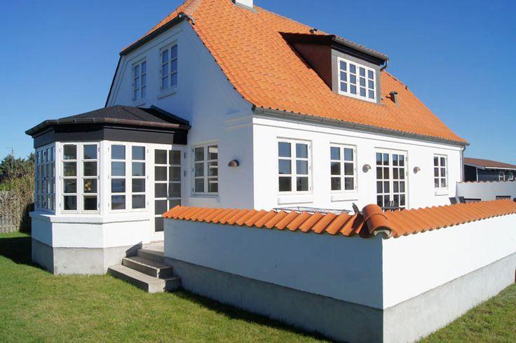 rødt tegl tag og hvidt hus!