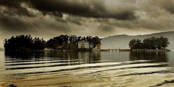 La isla de San Simón, con sus luces y sus sombras.