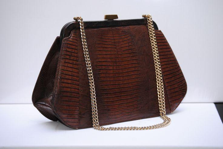 Prachtige vintage donkerbruine hagedissen leren tas met gouden ketting hengsel. In perfecte staat! Verkocht