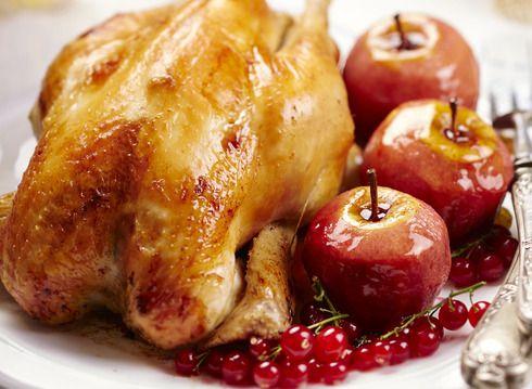 Poularde farcie au pain d'épices et fruits secs, pommes rôties aux fruits rouges et groseilles