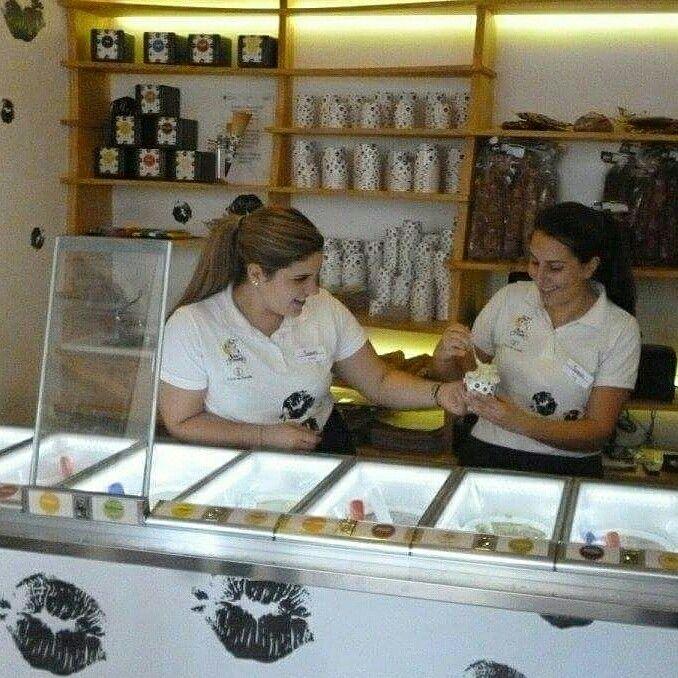Eva y Silvia, compañeras de Bico de xeado La Marina 21 en A Coruña