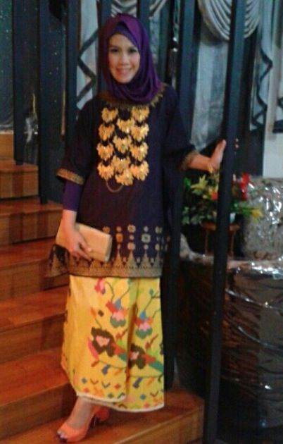 baju bodo and sarong with statement ethnique necklace