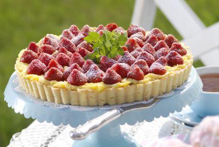 Söta jordgubbar och hemlagad vaniljkräm – sommar i ett pajskal! Kalasgod jordgubbspaj ca 8 bitar   Pajdeg  100 g smör  1½ dl strösocker  1 ägg  3½–4 dl vetemjöl  Fyllning...