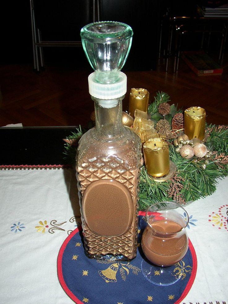 Čokoládu a cukr rozpustíme ve vodní lázni. Na ohni rozředíme mlékem a povaříme. Do vychladlého vmícháme rum.