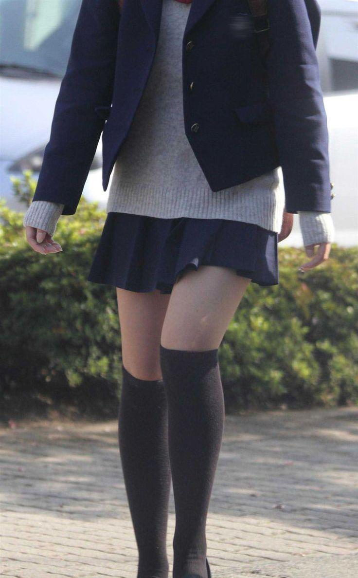 【絶対領域】制服JK→ミニスカとニーソの生太もも部分がくっそエロい!まさに神が宿る 27枚目