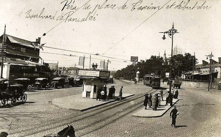 Resmin üstünde Pera Taksim Meydanı ve Pangaltı Caddesi başlangıcı diye yazıyor. Yani Taksim Meydanı'ndan Cumhuriyet Caddesi'ne giriş.