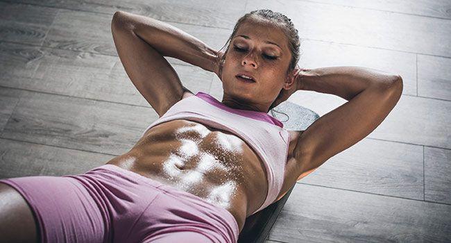 Pas toujours évident de faire les bons exercices à la salle de sport pour perdre du poids facilement. On aurait tendance à trop forcer sur certaines machines, pas assez sur d'autres… Cosmopolitan.fr vous dit tout ce qu'il faut savoir pour perdre du poids efficacement à la gym.