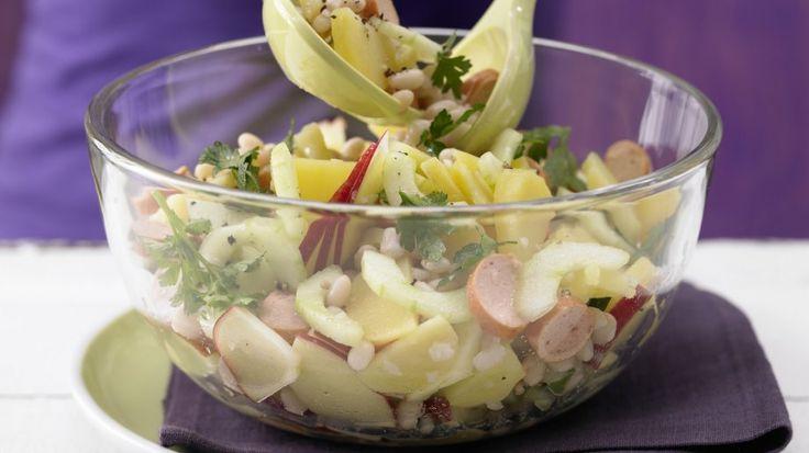Der Klassiker smarter: Kartoffel-Gurken-Salat mit weißen Bohnen und Wiener Würstchen | http://eatsmarter.de/rezepte/kartoffel-gurken-salat