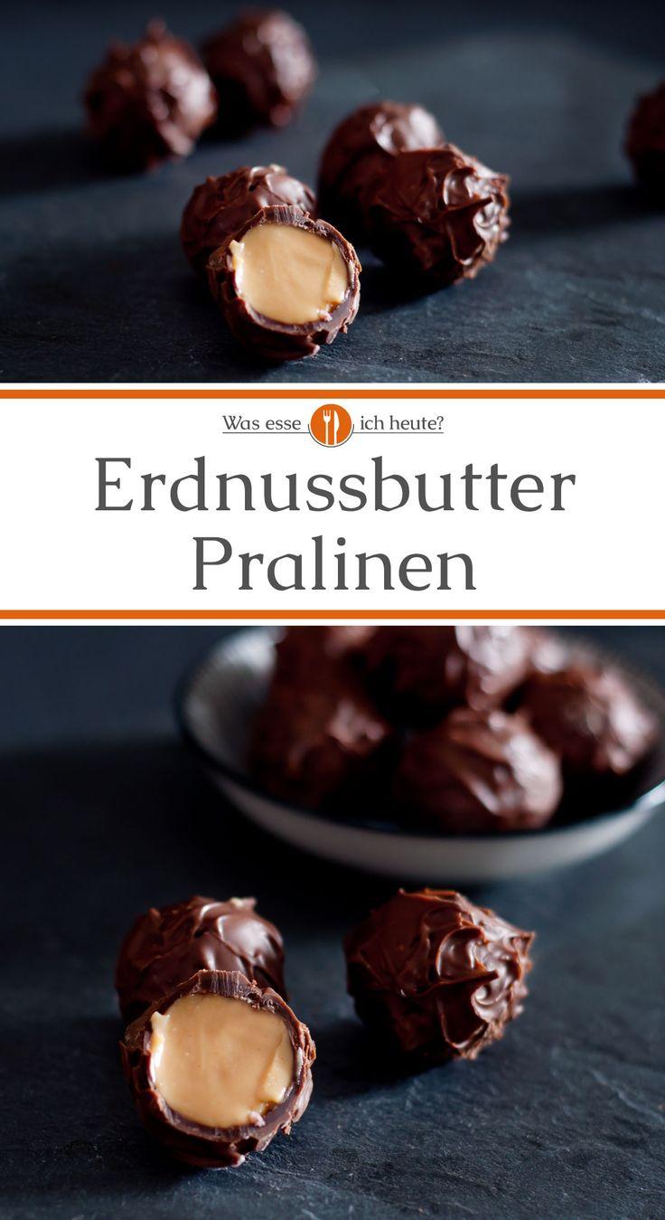 WerReese's Peanut Butter Cups liebt, wird auch diese leckeren Erdnussbutter Pralinen lieben. Die leicht salzige Erdnussbutter in Kombination mit der Süße und dem schokoladigen Geschmack macht diese Erdnussbutter Pralinen so unglaublich gut. Da für das Rezept fertige Hohlkörper verwendet werden, sind die Pralinen für Anfänger gut geeignet. Nicht nur zu Weihnachten oder zum Valentinstag ein tolles Geschenk.  #pralinen #rezept #geschenkeausderküche #selbstgemacht #DIY