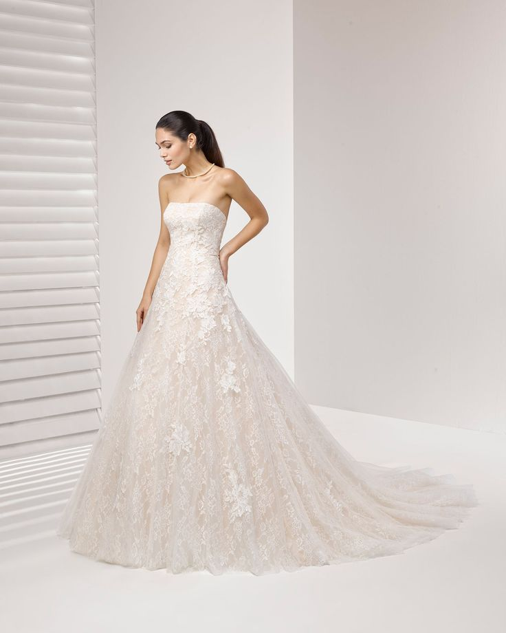 Vestido de novia estilo princesa de encaje y pedrería, con escote palabra de honor y aplicaciones de encaje. Colección 2018 Rosa Clará.