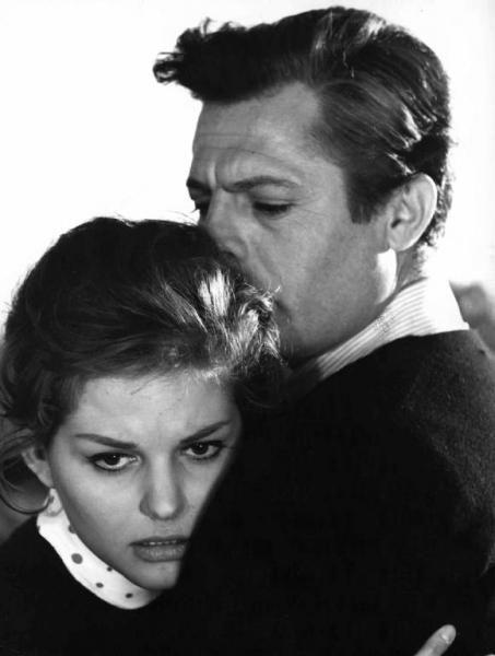 """Scena del film """"Il bell'Antonio"""" - Regia Mauro Bolognini - 1960 - Gli attori Claudia Cardinale e Marcello Mastroianni"""
