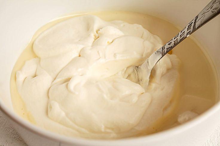 Mod de preparare Inghetata de vanilie cu ciocolata: Galbenusurile si zaharul se mixeaza pana se obtine o crema. Se toarna incet laptele si 200 ml smantana pentru frisca si se omogenizeaza. Se pune vasul la baine marie si se fierbe compozitia pana se infierbanta foarte bine si incepe sa se…