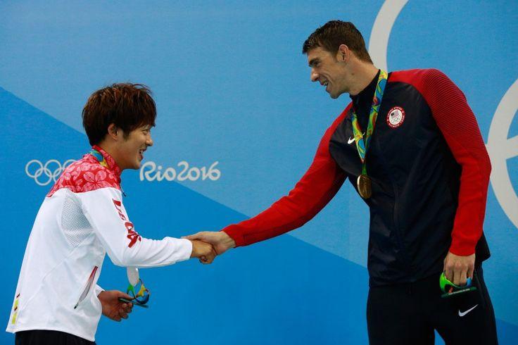 リオ五輪第4日。水泳。男子200mバタフライで坂井聖人が銀メダル。表彰式で金メダルのマイケル・フェルプスと握手=ブラジル・リオデジャネイロ