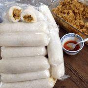 Lemper Ajam (rijstrolletjes met kip)