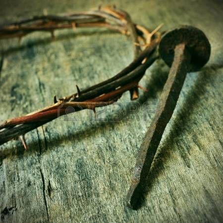 la corona de espinas de Jesucristo y un clavo en la Santa Cruz photo