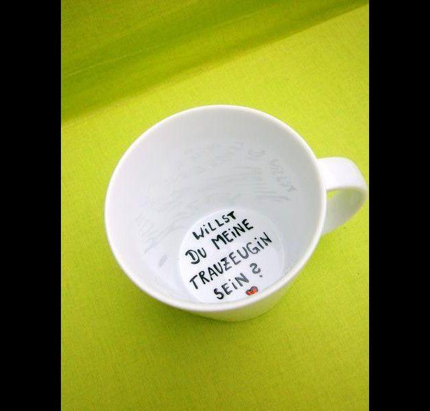 Wunderschöne, schlichte Tasse : auf dem Grund der Tasse steht die Frage : **Willst du meine Trauzeugin sein ?**  Farbe Tasse : weiss Aufschriftauf dem Tassengrund: schwarz und...