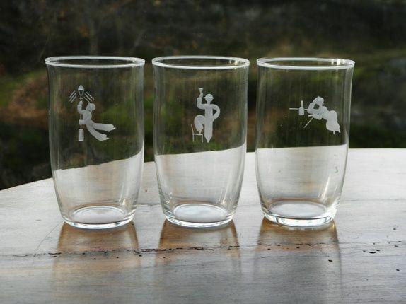 """Hadeland- Sverre Pettersen-Tre glass. Tre seltersglass med fin slipning av """"fulle"""" menn- alle i meget bra stand- slipt kant øverst. 1930-tallet. Hadeland- design Sverre Pettersen- H= 11,5 cm...Dia= 6,7 cm."""