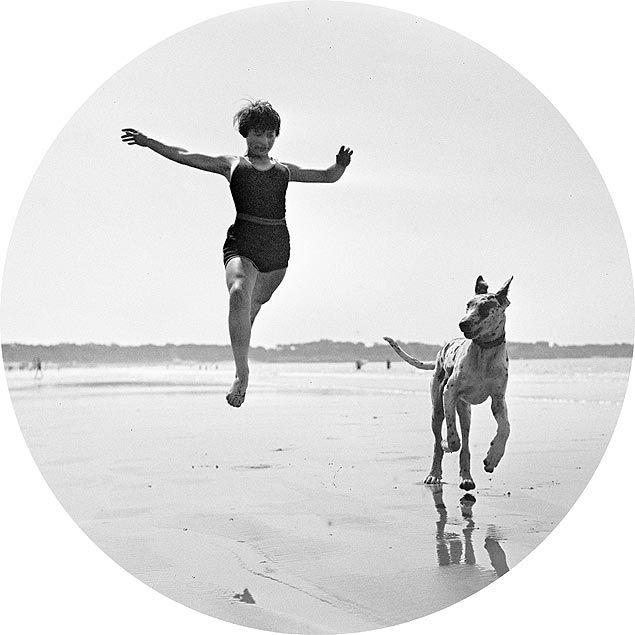 Jeannine Lhemann na praia de Royan: foto de 1926 de Jacques Henri Lartigue