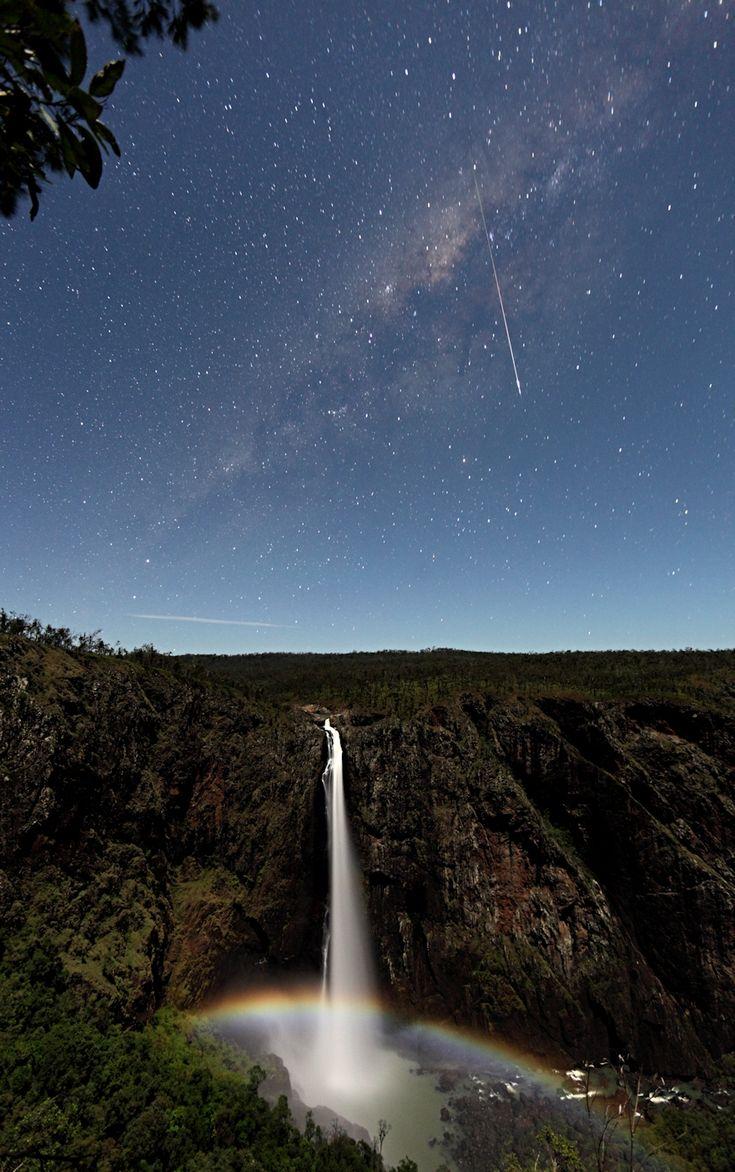 A moonbow and meteor in Wallaman Falls, State of Queensland, Australia  オーストラリア・クイーンズランド州の滝 Wallaman Falls にかかる月虹(月光でできる虹)と流星の写真。つかの間の現象の美しい組み合わせ。