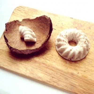 Диетический кокосовый пудинг с агаром. Если используете молоко из банки, не стоит его греть — оно может потемнеть. Лучше вскипятить агар в небольшом количестве воды, и потом вжж - смешайте агаровый отвар с кокосовым молоком уже в блендере.
