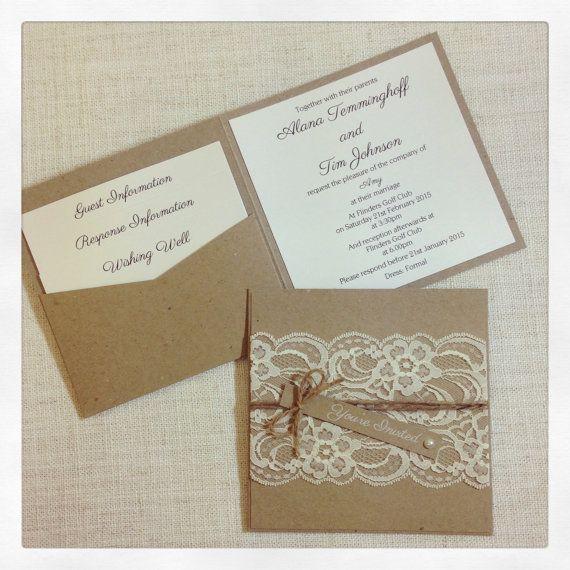 Dies ist ein Angebot für eine Probe rustikale Vintage Lace Hochzeitseinladung mit weißer Tinte bedruckt-Tag mit Perlen Verzierung  Dies ist ein Square-Einladung - 14 x 14cm  Für vollständige Bestellungen Einladungen und drei abgestuften Einsatz Karten mit äußeren adressierte Umschläge sind $12 pro Satz (australische Dollar) - Bitte kontaktieren Sie mich für ein individuelles Angebot für Ihre Quantität von Einladungen oder zusätzliche Schreibwaren zu einer Bestellung hinzufügen.  Wenn Sie…