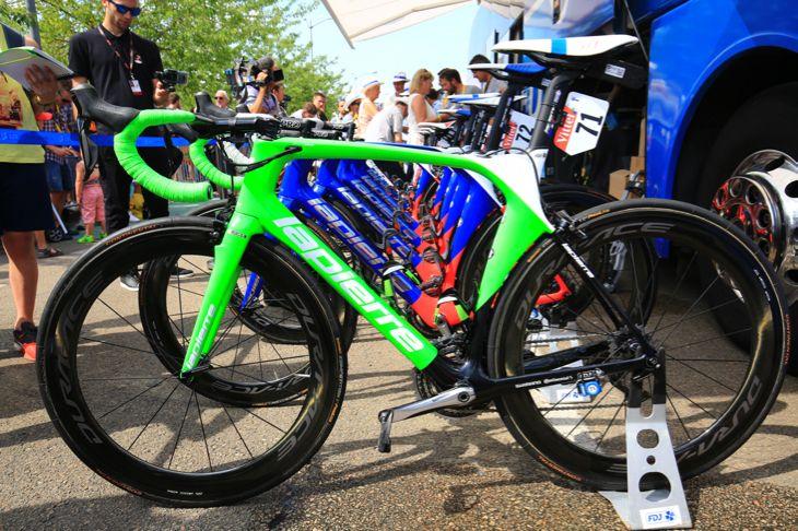 デマールがマイヨヴェールを獲得するとグリーンカラーのスペシャルバイクが投入された -