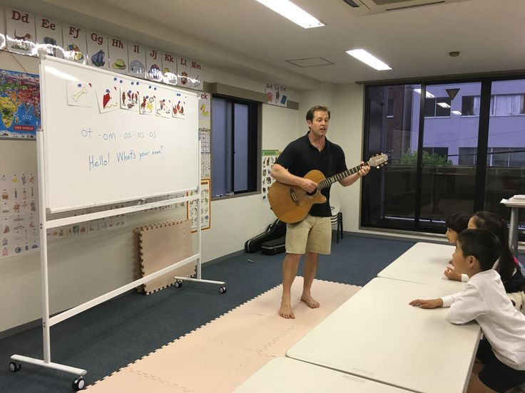 金曜日5時半からの小1レッスンの様子です!この日は、フォニックスom-ot-os の発音を練習しました。先生の発音で、みんなホワイトボードに聞こえた音を書き出しています!すらすら書けていました!そして今度は単語を見て自分で発音!先生のギターに合わせて音➕センテンスをリズムに乗せて練習しました!om,ot, os→→omelet, pot, postなどが自分でも発音できるようになります!