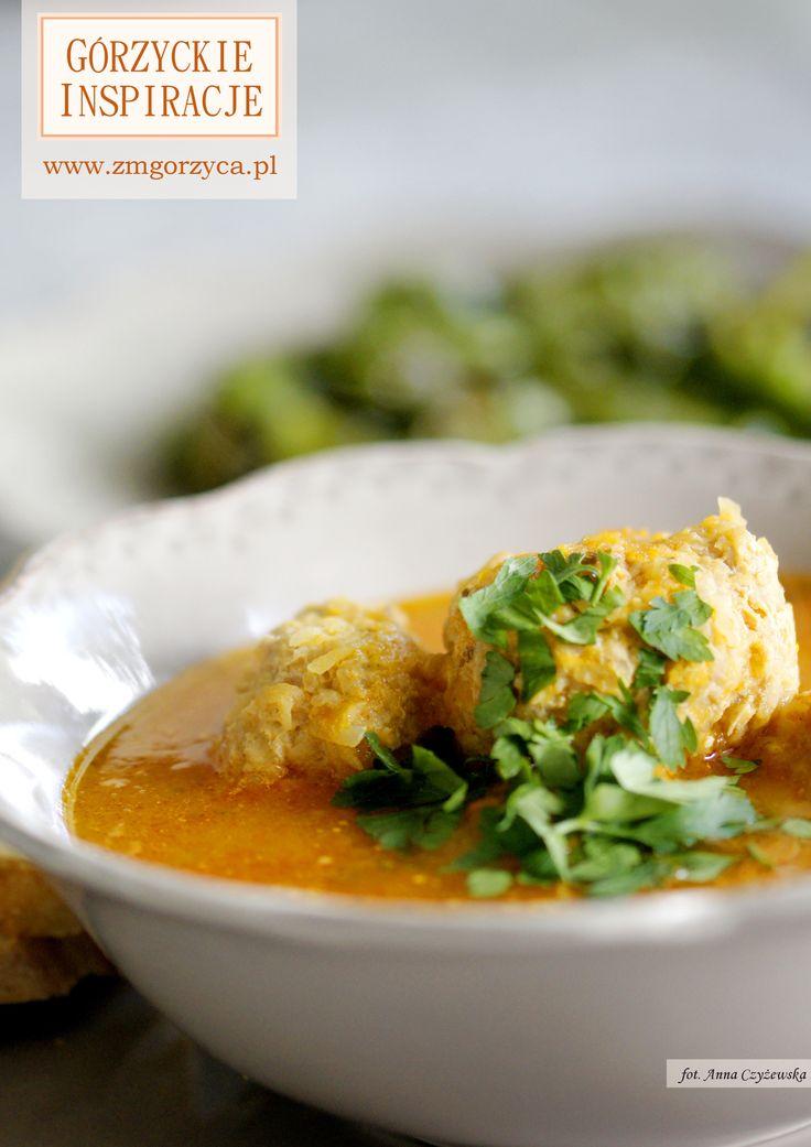 W tej prostej hiszpańskiej zupie pomidorowej zaskoczą Was wieprzowe pikantne klopsiki z dodatkiem tartych ziemniaków http://www.zmgorzyca.pl/gorzyckie-inspiracje/zupy/478-zupa-hiszpanska