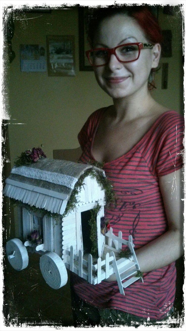 Prezent dla siostry do nowego domu :) Drewniany domek na kółkach w całości wykonany z patyczków do lodów,ozdobiony mchem,suszonymi kwiatami róży,jutą,koronką.